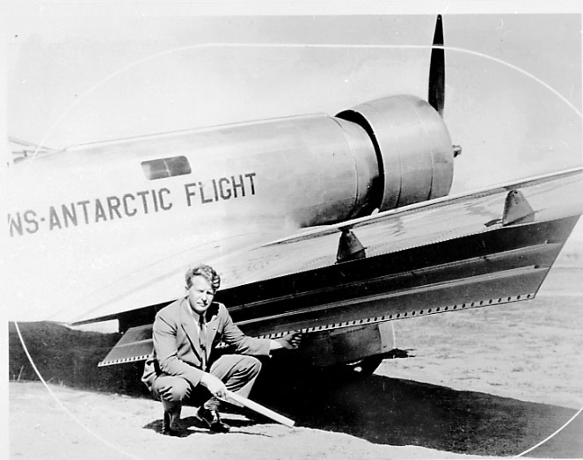 Portrett, 1 person, mann ved et fly