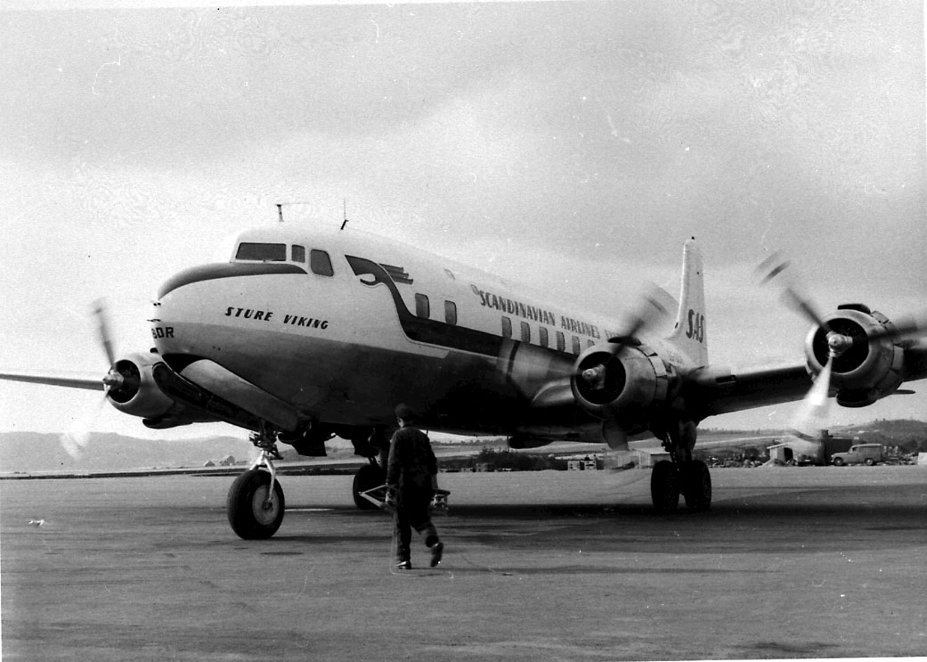 """Lufthavn, 1 fly på bakken, Douglas DC-6, SE-BDR """"Sture Viking"""" fra SAS. 1 person ved flyet."""