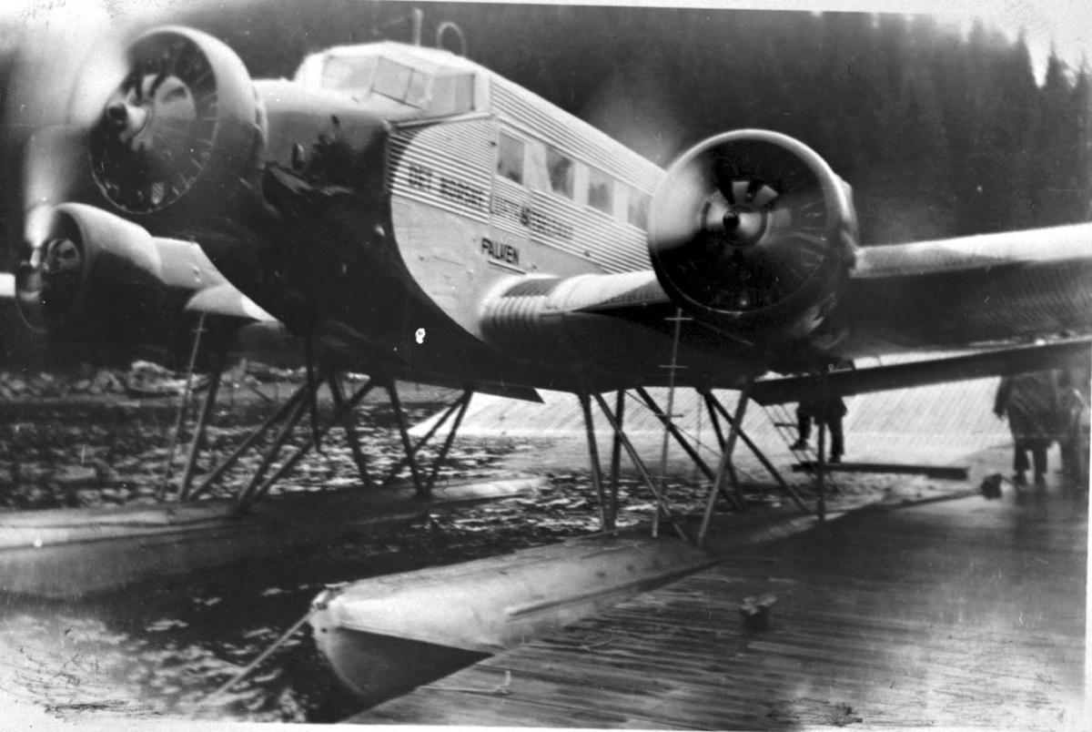 """Sjøflyhavn, 1 fly, Junkers Ju-52/3m LN-DAH """"Falken"""" fra DNL."""