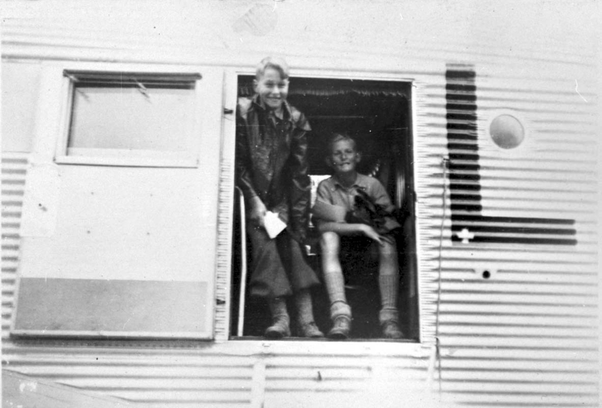 "1 fly, Junkers Ju-52/3m LN-DAH ""Falken"" fra DNL. 2 personer i inngangdøra."
