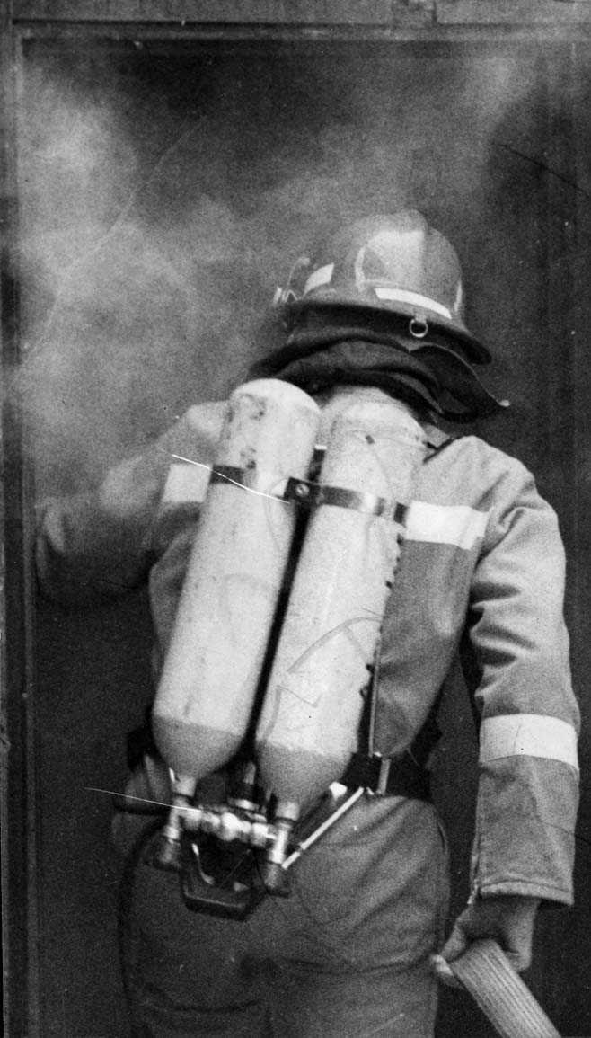 En røykdykker på vei inn i en bygning.