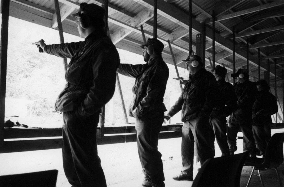 Gruppe.   Seks pistolskyttere i aksjon på skytebanen.