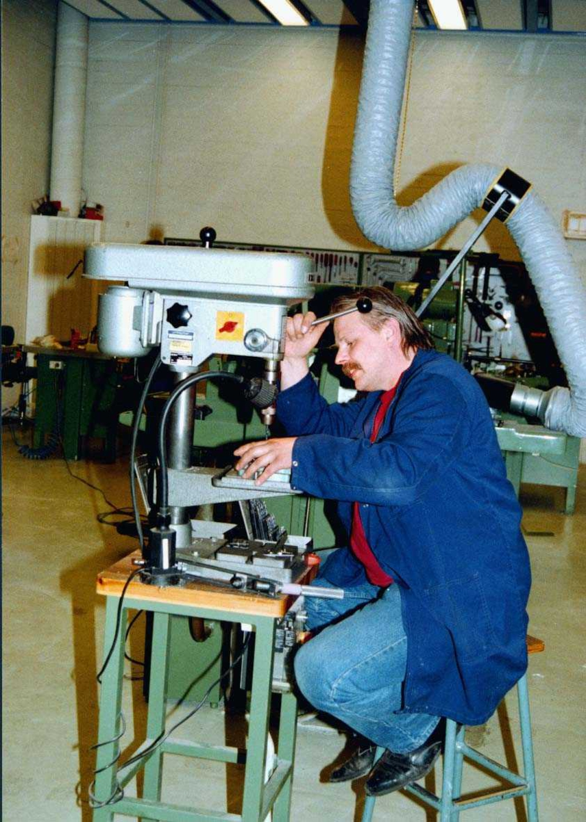 lufthavn-flyplass.   En fagarbeider ved en boremaskin.