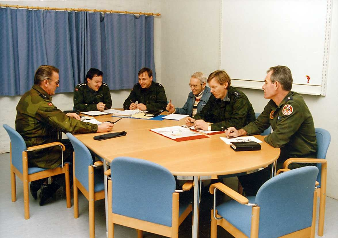 Gruppe. Sjef Flyteknisk skvadron har møte med avdelingssjefene.