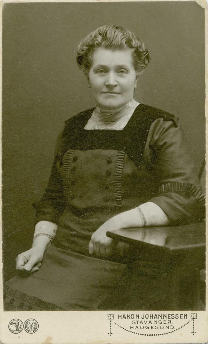 Portrett - Britha Thorstensdtr. Vormedal gift med Knud Vormedal.  Født 11/9 1860 - d. 7/2 1932 .