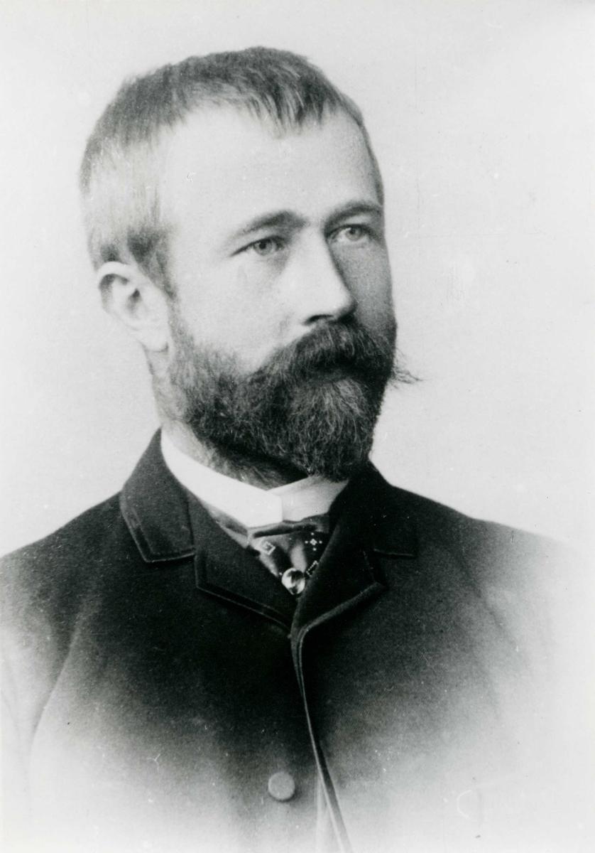 Portrett - Herre med skjegg.
