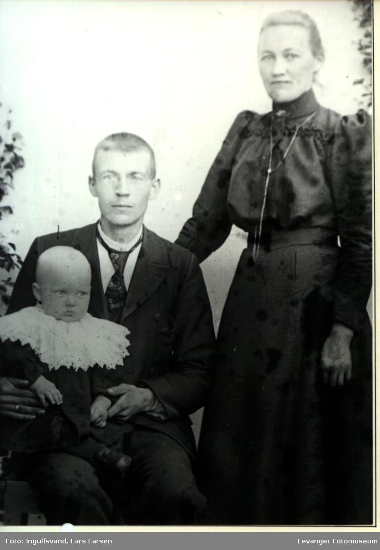 Portrett av en mann, kvinne og et spedbarn.