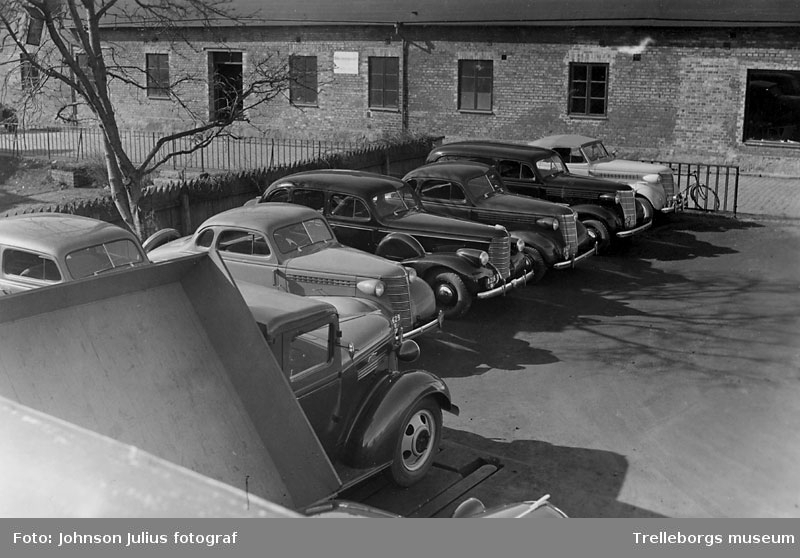 Larsson & Nilssons utställning av bilar vid Gamla Torg i Trelleborg. År 1938.