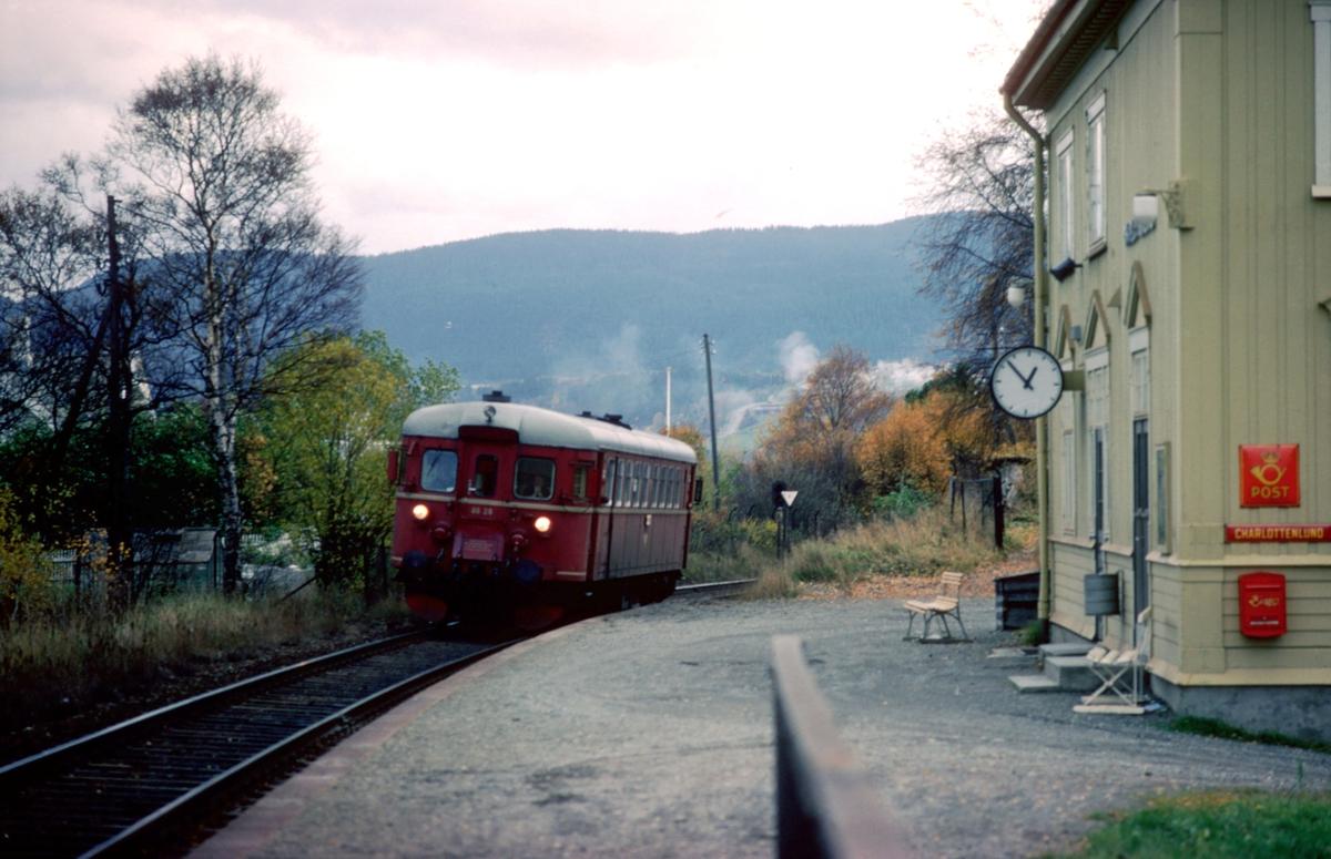 Lokaltog Stjørdal - Trondheim på Charlottenlund holdeplass, tidligere stoppested. NSB dieselmotorvogn BM 86F 28.