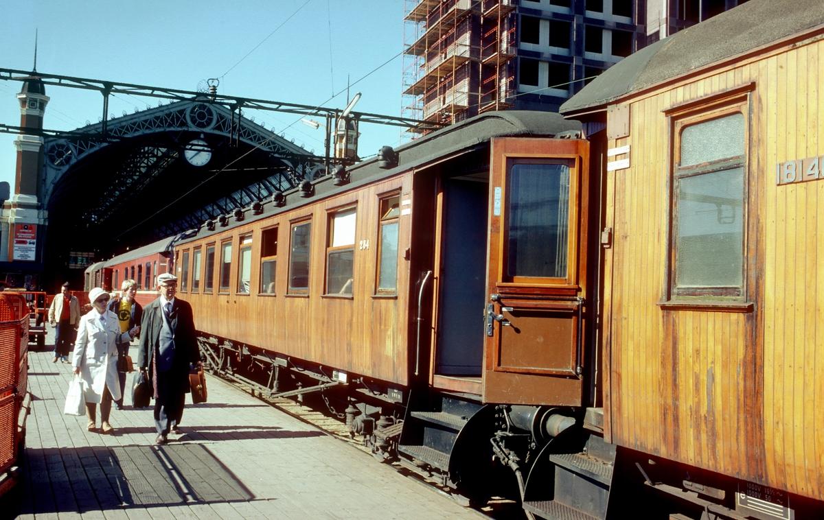 Oslo Østbanestasjon. Reisende går ombord i tog 207 til Gjøvik. Denne sommeren gikk det fortsatt mange trevogner på Gjøvikbanen.