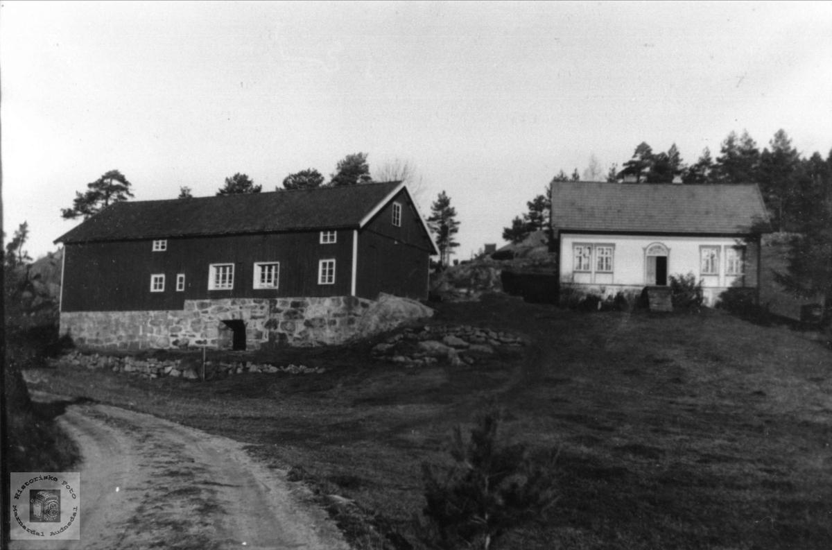 Vigemyr hus og uthus etter veien bygd. Øyslebø.