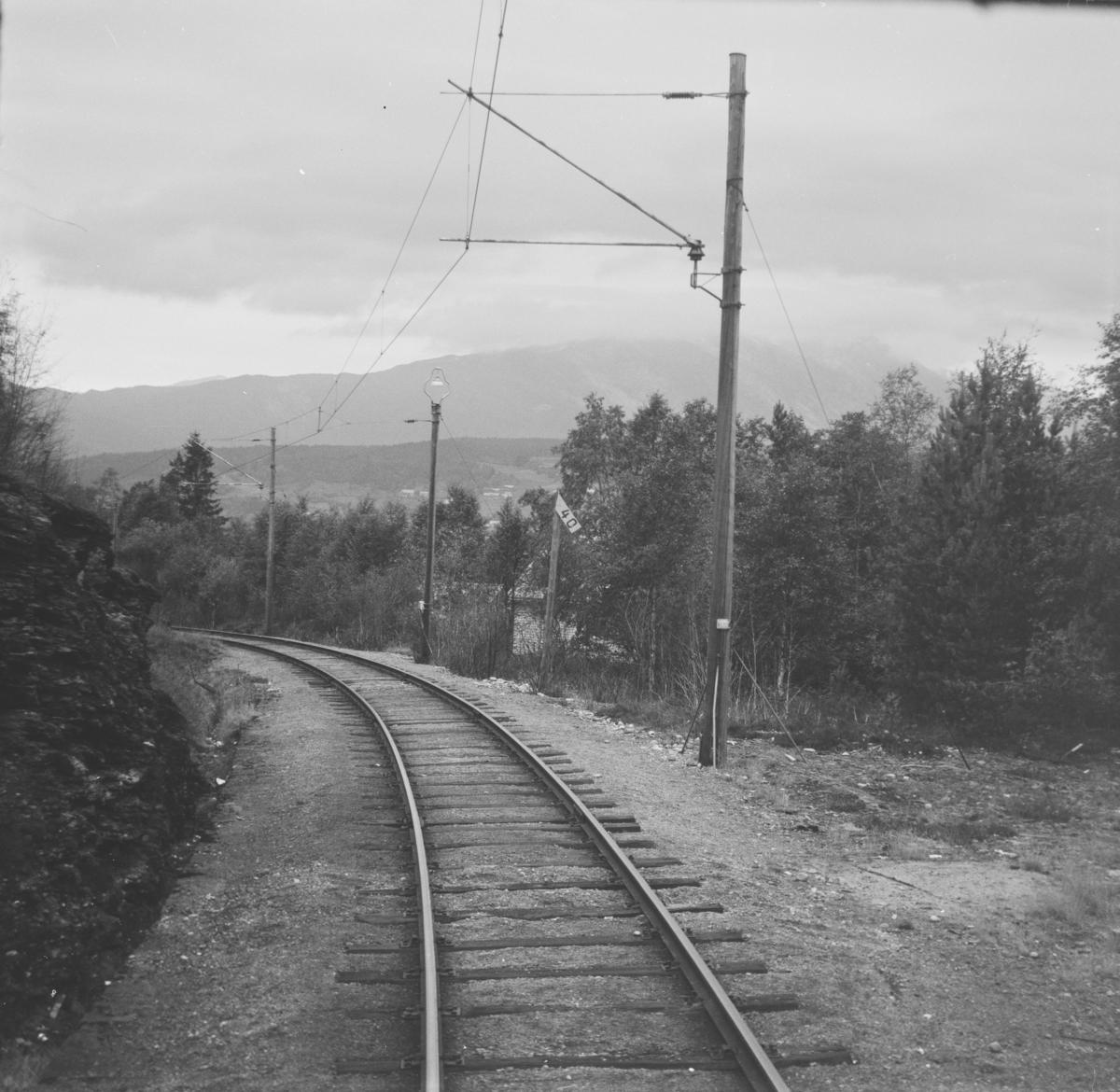 Fra Hardangerbana. Utsikt fra førerrommet på motorvogn type 64 mellom Mønshaug og Palmafoss. Skiltet med tallet 40 viser fall i o/oo.