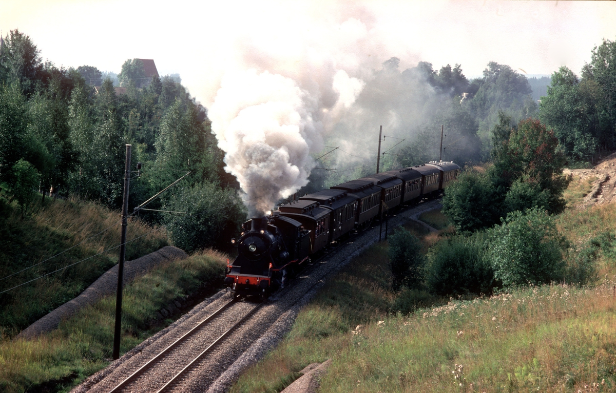 Ekstratog i anledning jernbanens 125 års jubileum, Oslo - Eidsvoll. Damplokomotiv 24b 236. Mellom Frogner og Lindeberg.