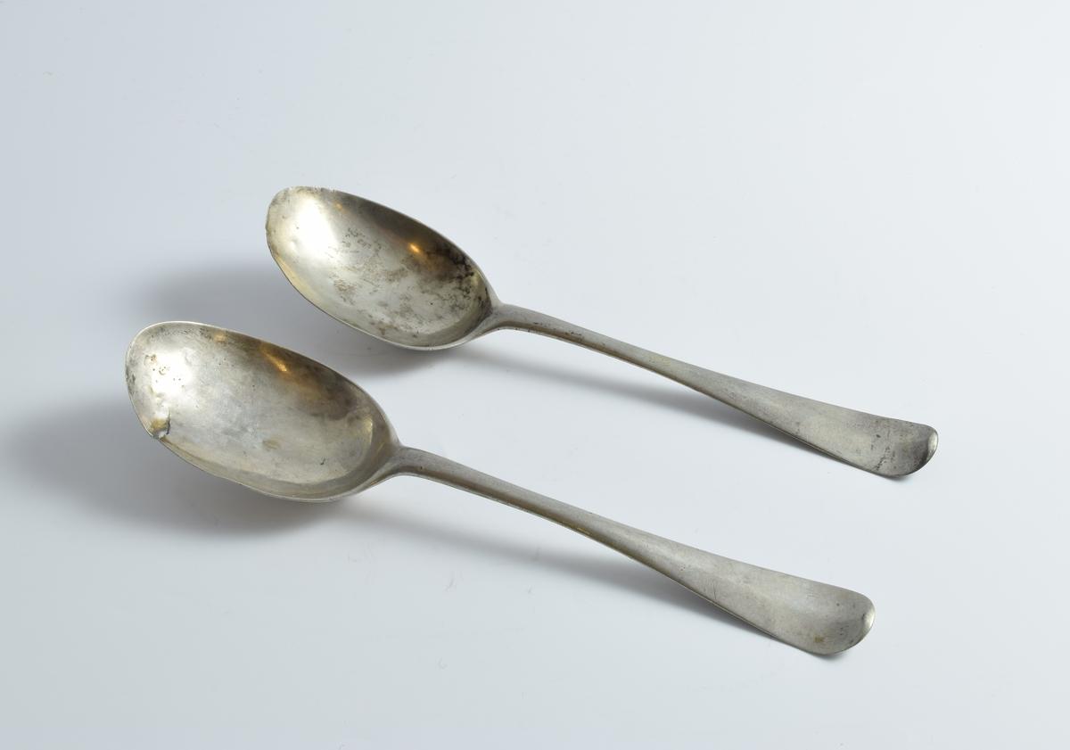 Tre sølvskjeer.