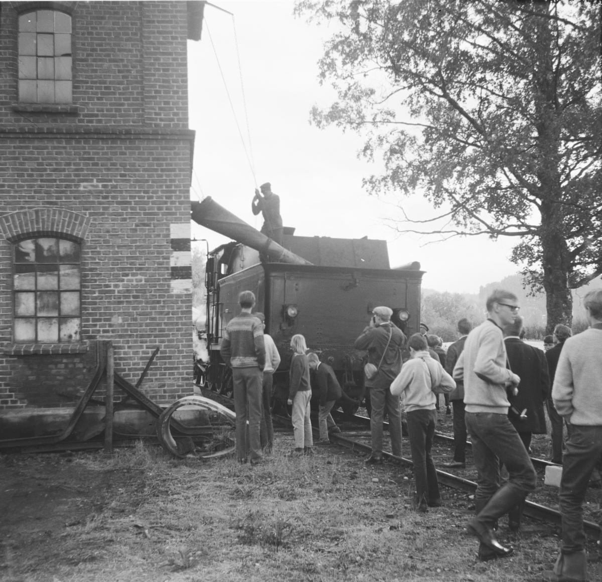 A/L Hølandsbanens veterantog har ankommet Krøderen stasjon. Damplok 18c 245 fyller vann fra .