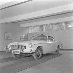 """Ny """"Volvo"""" sportsmodell foto i Bj. Wist's bygg innh.v. (adr."""