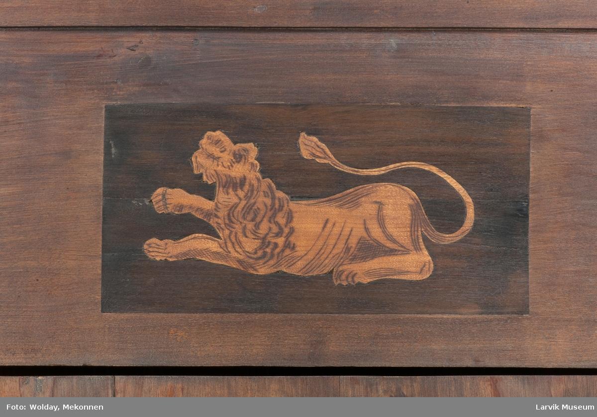 hjort og løve øverst