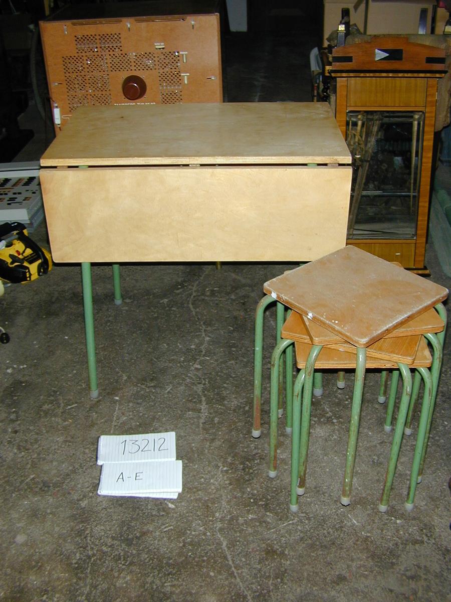 Bord og 4 krakker