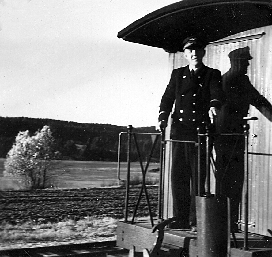 Overkonduktør Håkon Kjelsrud betjener bremseskruen på personvogn CFo 5.