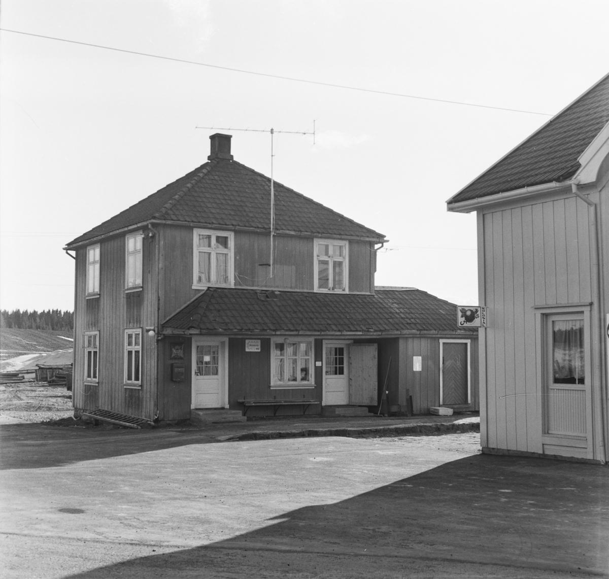 Finstadbru stasjon syv år etter nedleggelsen.