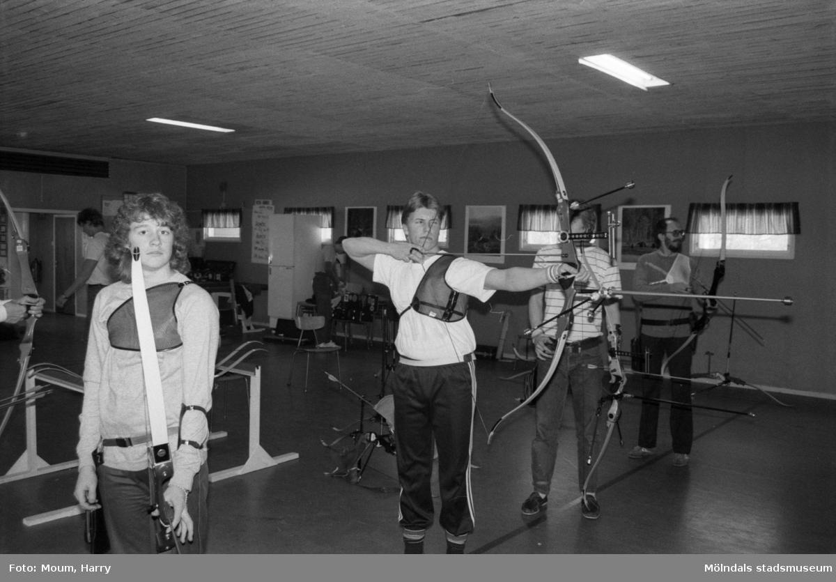 Bågskyttar i Lindome bågskytteklubb, år 1985. Fotografi taget av Harry Moum, HUM, Mölndals-Posten.