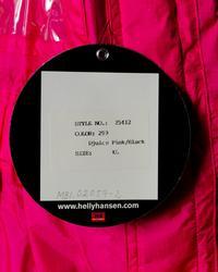 Seilerbuksen er produsert  Helly Tech Ripstop. Forsterkninger i Oxford nylon. Halvben er i Helly Tech og Derby nylon. Skjult elastikk i livet bak. Foret er av Nylon Tafeta og Mesh. Plastrefleks på benklaff. Vevd refleks på side.       Utvendig påsydd nylon logo etikett: Djuice.com, SAS, Nera, Nutri Pharma, NOR2 ( TV2) og W&W. På lomme: Trykt logo: Djuice Dragons HH helly Hansen.  Bak er det trykket logo: Djuice. com og en drage.  Etikett i nakke innvendig HH Helly Hansen art. 25412 Størrelse XL og en vaskeetikett.   Design: Erik Joneid.