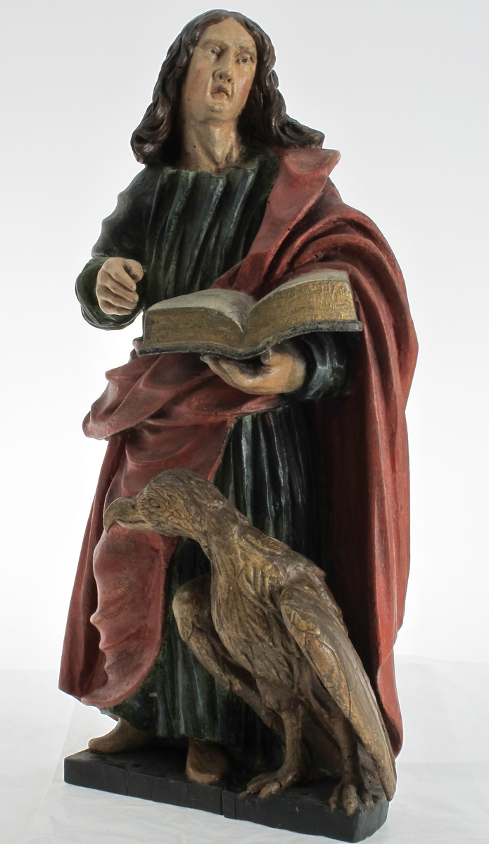 Stånende mannsfigur, ørn. Johannes med ørnen, fra prekestolen i Arendals eldste kirke.