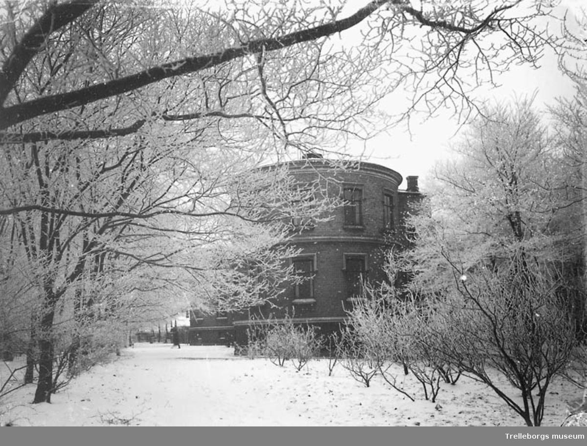 Gamla lasarettet på Östergatan 58. Foto före 1939. Gamla lasarettet byggdes 1893. Huset var lasarett till 1934 då det nya sjukhuset på Hedvägen stod färdigt. Huset blev sedan kulturhus och har under namnet Skyttsgården hyst bibliotek, musikskola, skolkökslokal, sömnadsslöjd och museum. Sedan 1987 är hela huset museum.