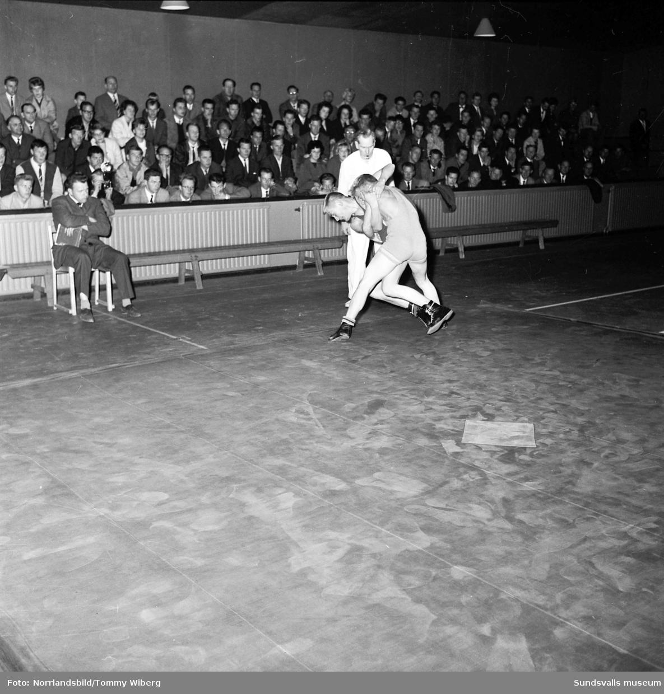 Brottningstävling i tennishallen.