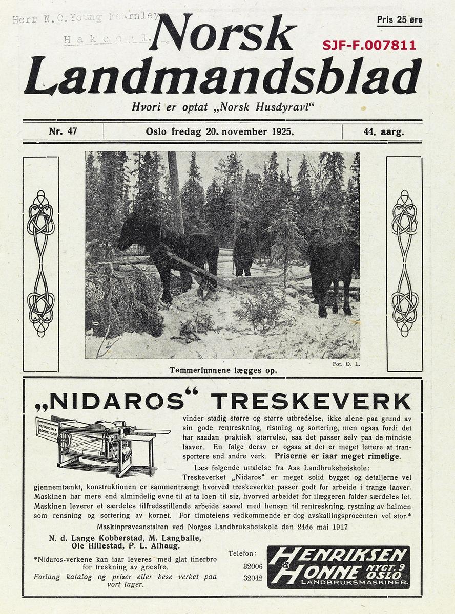 Faksimile av førstesida på «Norsk Landmandsblad» nr. 47 (utgitt 20. november) 1925.  Under publikasjonens «hode» er det montert et fotografi, som har fått tittelen «Tømmerlunne lægges op.»  Fotografiet er tatt i en lysning i barskogen, vinterstid.  Vi ser to dølahester, den ene forspent et drag som tilsynelatende er brukt til å slepe tømmerstokker fram til lunneplassen.  Bak dette draget ser vi en arbeidskledd tømmerkjører med en kjettingstump i handa.  Den andre hesten (til høyre i bildet) sto antakelig og kvilte, uten drag eller eventuelt slederedskap.  Fotografiet skal være tatt av signaturen «O.L.», muligens Ole Hansen Løken (1860-1924), gardbruker på eiendommen Østre Løken i Ringsaker og tømmermerker på sine hjemtrakter.  Under fotografiet er det ei rektangulær ramme med reklame for «Nidaros» treskeverk.  Reklamefeltet inneholder ei strektegning av et treskeverk (øverst i venstre hjørne) og en tekst, et utdrag fra en uttalelse fra maskinprøveanstalten ved Norges Landbrukshøiskole hadde foretatt i 1917, altså et forsøk på å dokumentere produktets kvalitet og funksjonalitet med den legitimiteten en slik antatt uavhengig instans hadde.  Annonsen ble innrykket av landbruksmaskinfirmaet «Henriksen & Honne» i Nygata i Oslo.  Norsk Landmandsblad var et fagtidsskrift for jord- og skogbrukere, som ble utgitt første gang i 1882.  I 1935 ble Landmandsbladet slått sammen med «Ukeskrift for Landbruk og Pelsdyravl» og fikk nytt navn, «Norsk Landbruk».