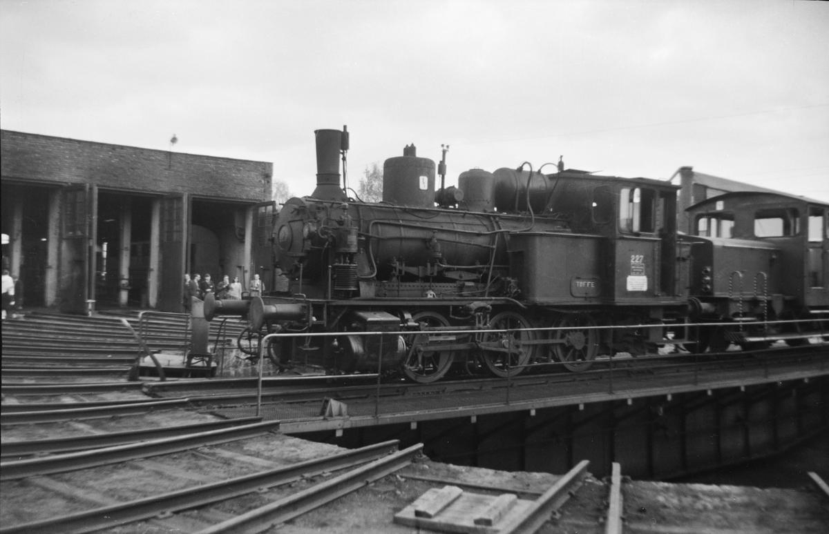 Damplok 25a 227på svingskiven på Hamar i forbindelse med Svenska Järnvägsklubbens veterantog til Hamar og Solørbanen.