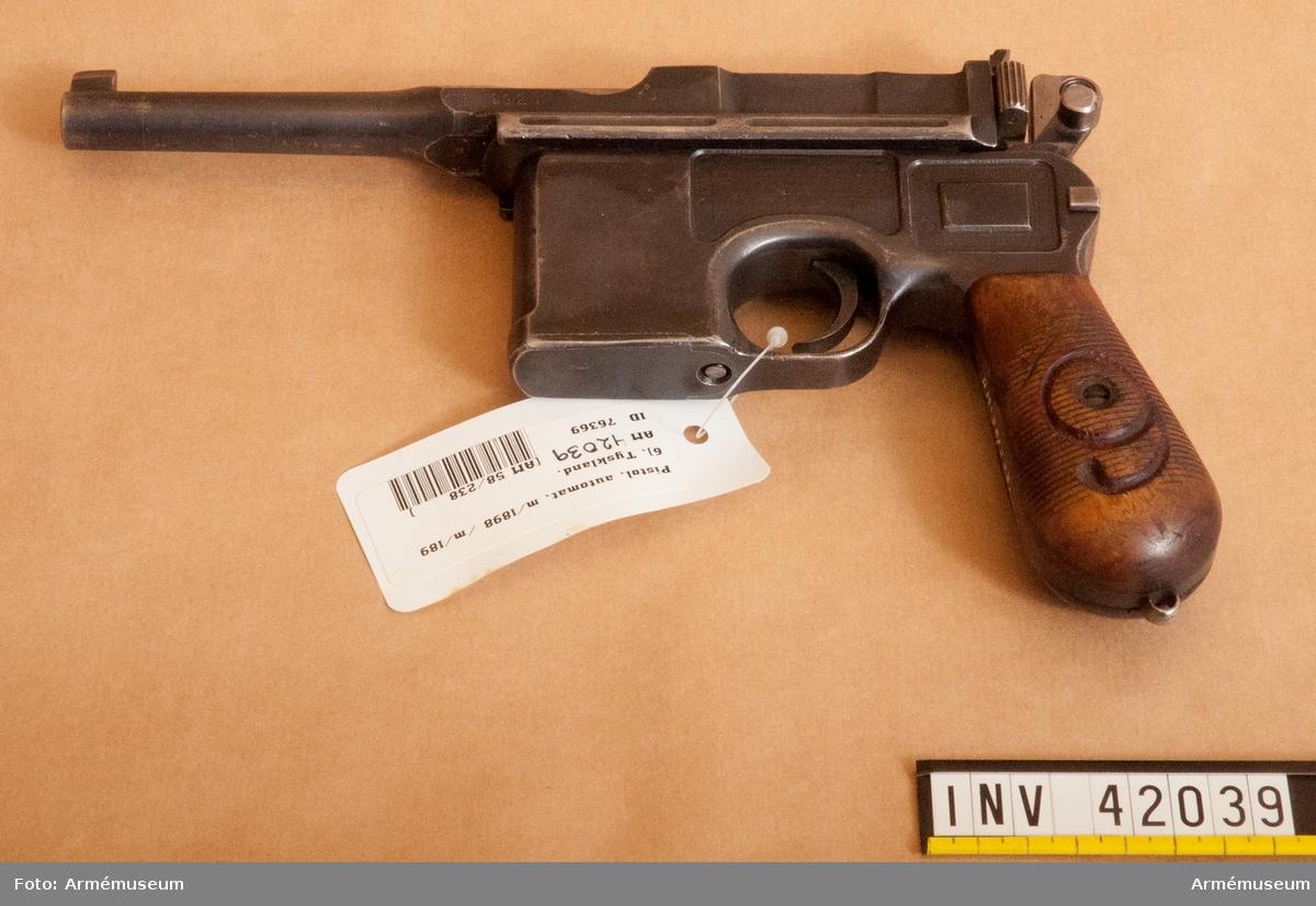 Grupp E III. Vapnet är kamrat för 9 mm parabellumammunition. Ringen för fastsättande av pistolsnodden saknas. Se i övrigt AM 42036.