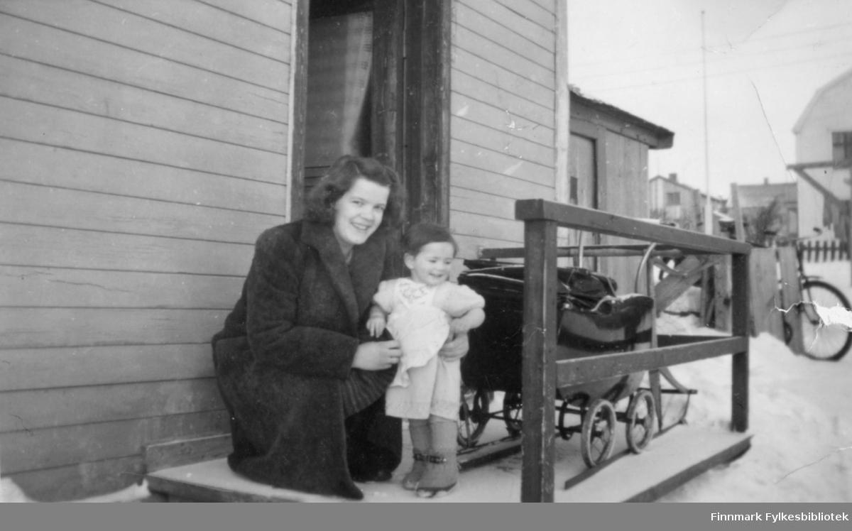 Ragnhild og Torhild Ebeltoft på trappa til Ragnhilds barndomshjem i Slettengata i Vadsø
