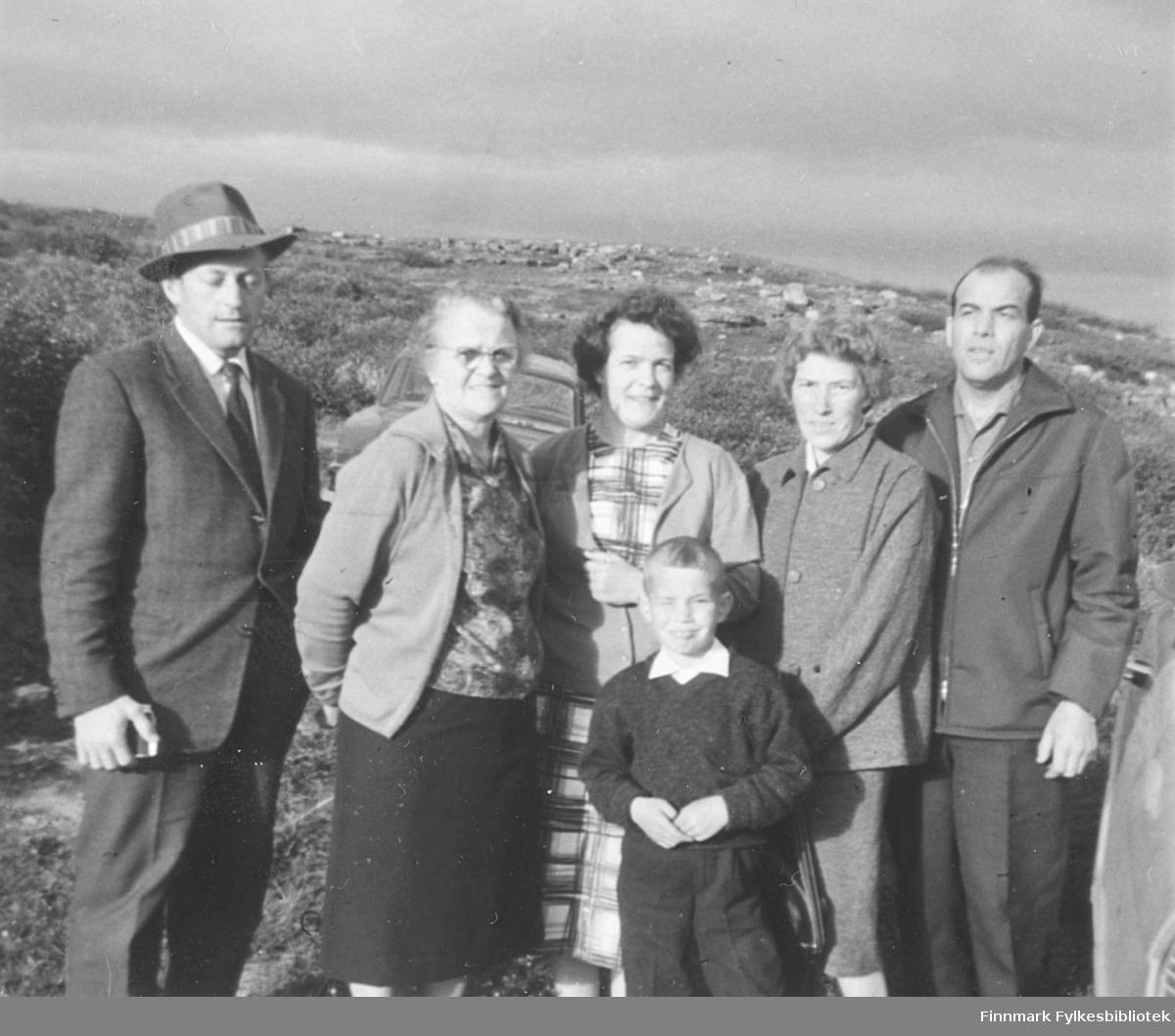 Familiebilde tatt i Fossen over Vadsø ca. 1962. Fra venstre: Fritz Ebeltoft, Svanhild Kvam, Ragnhild Ebeltoft, Liv og Erling Kvam. Gutten foran: Harald Kvam