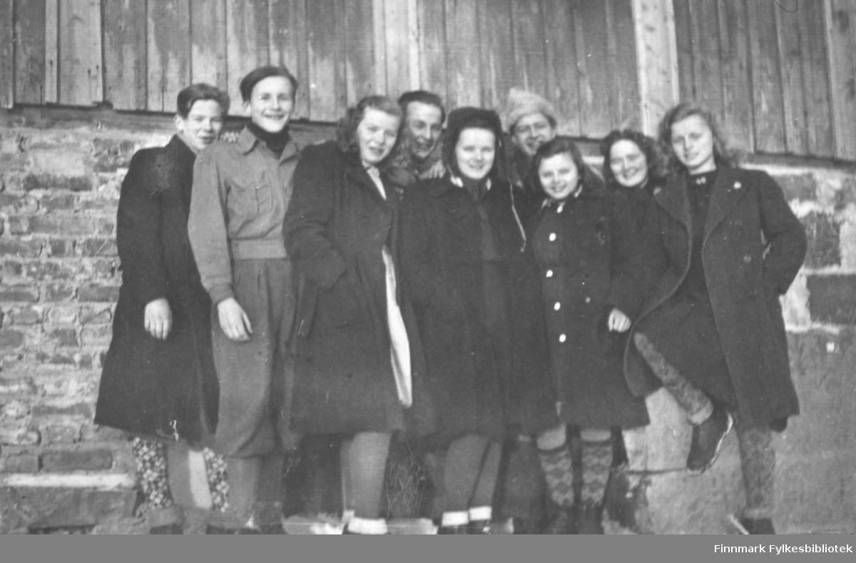 Klassebilde. Annen klasse på Vadsø middelskole 1946/47. Fra venstre: Tor Hauge, Per Bjørgan, Alma Seppelæ, Odd Andersen, Solveig Simble, Åge Wahr Hansen, ukjent, Martha Mietinen og Johanne Methi