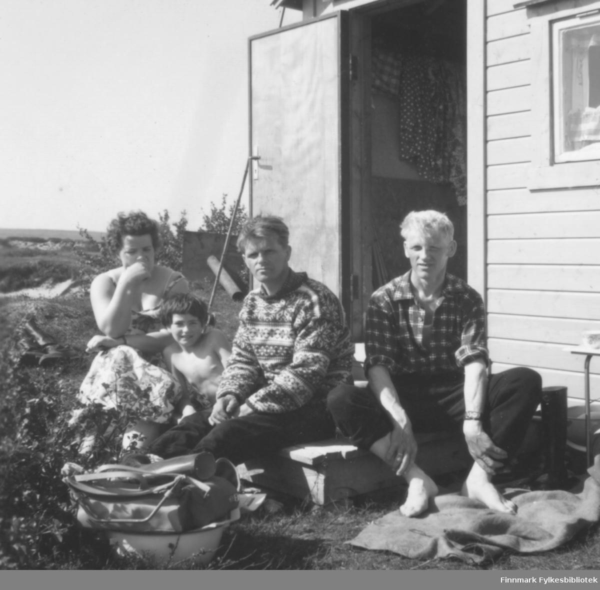 I 1960 var Erling og Bjarne Feldt på fisketur i Ridelva, og var på besøk hos familien Ebeltofts hytte. Fra venstre: Ragnhild og Torill Ebeltoft, Erling og Bjarne Feldt