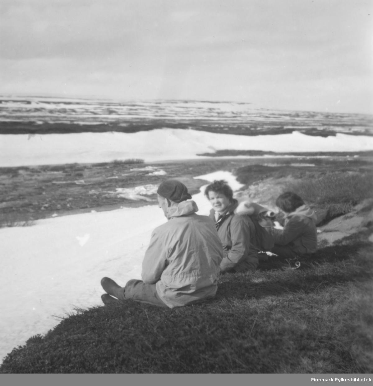 Familien Ebeltoft på tur i Skallelv, våren 1960. Det ser ut til at elva nettopp har gått opp