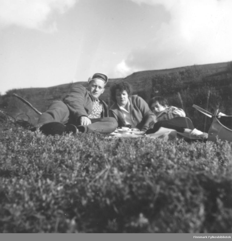 Familien Ebeltoft på tur i 1960. Bildet kan være tatt i Skallelv. Fra venstre: Fritz, Ragnhild og Torill