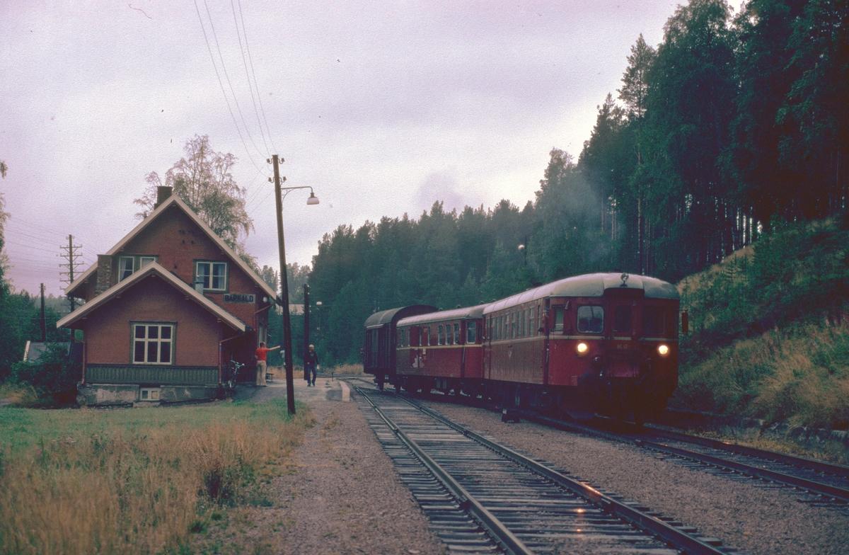 Persontog 372, Røros - Hamar, kjører inn i spor 2 på Barkald stasjon for å krysse tog 301.