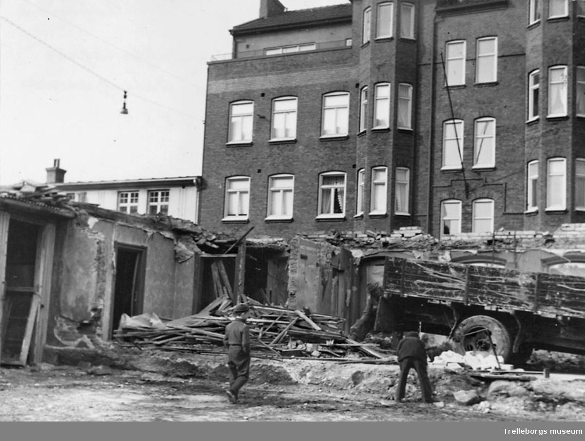 Kolonialbolagets hus rivs 1965. Det stora huset i bakgrunden är Östergatan 15. Här fanns Ebba Weilands Glas och Porslin samt Polyfoto. I huset bodde bland annat Ebba Weiland, Bror Harker och bankdirektör Christoffersson.
