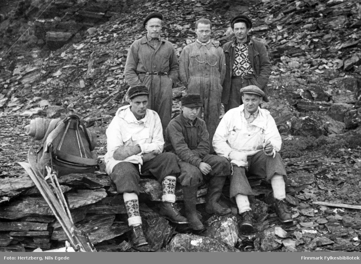 Våren 1948 ble det foretatt en befaring Vadsø - Smalfjord - Sjursjok - Ifjord - Bekkarfjord - Hopseidet - Mehamn - Kjøllefjord - Vadsø. Med på turen var: Avd.ing. Nils E. Hertzberg, oppsynsmann Johannes Foslund, og tekniker Godtfred Karlsen. Se også bildene 313-324. Arbidslaget drev på med avsluttende vinterarbeide. Fjellakkord. Sittende fra venstre: Godtfred Karlsen, Ivar Persen og Johannes Foslund. Stående bak: Nils Nyborg, Johan R. Johnsen og Ole einarsen.