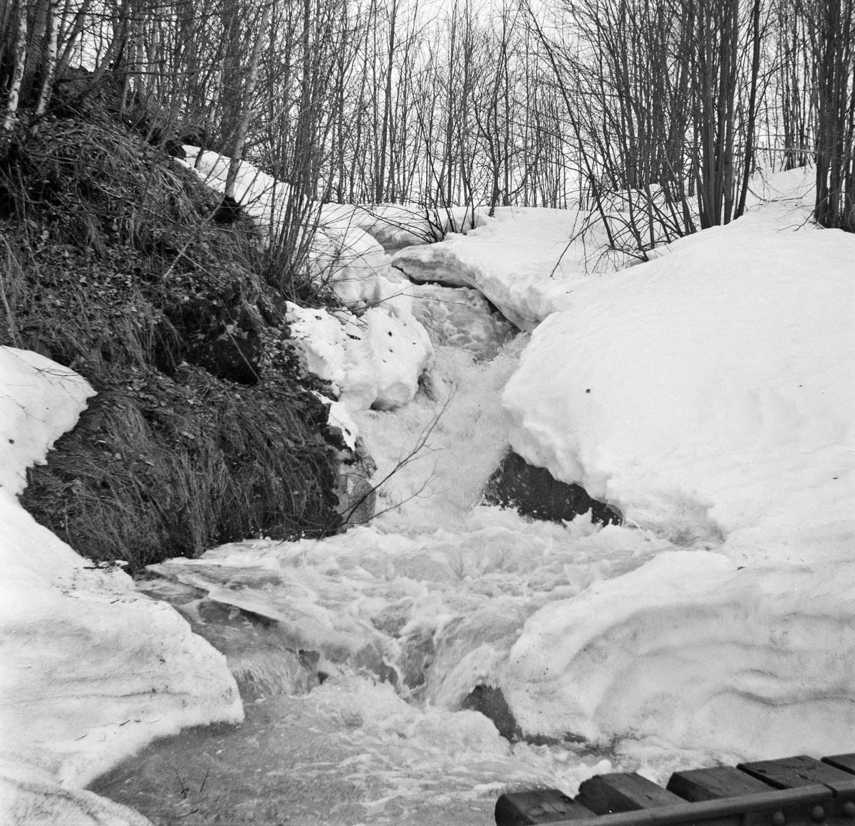 Stor vannføring i Småfoss, som render i kulvert under Urskog-Hølandsbanens trase.