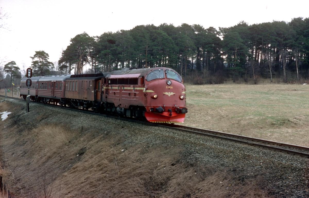 Persontog fra Stockholm til Trondheim kjører inn mot Leangen stasjon med NSB dieselelektrisk lokomotiv Di 3 608.