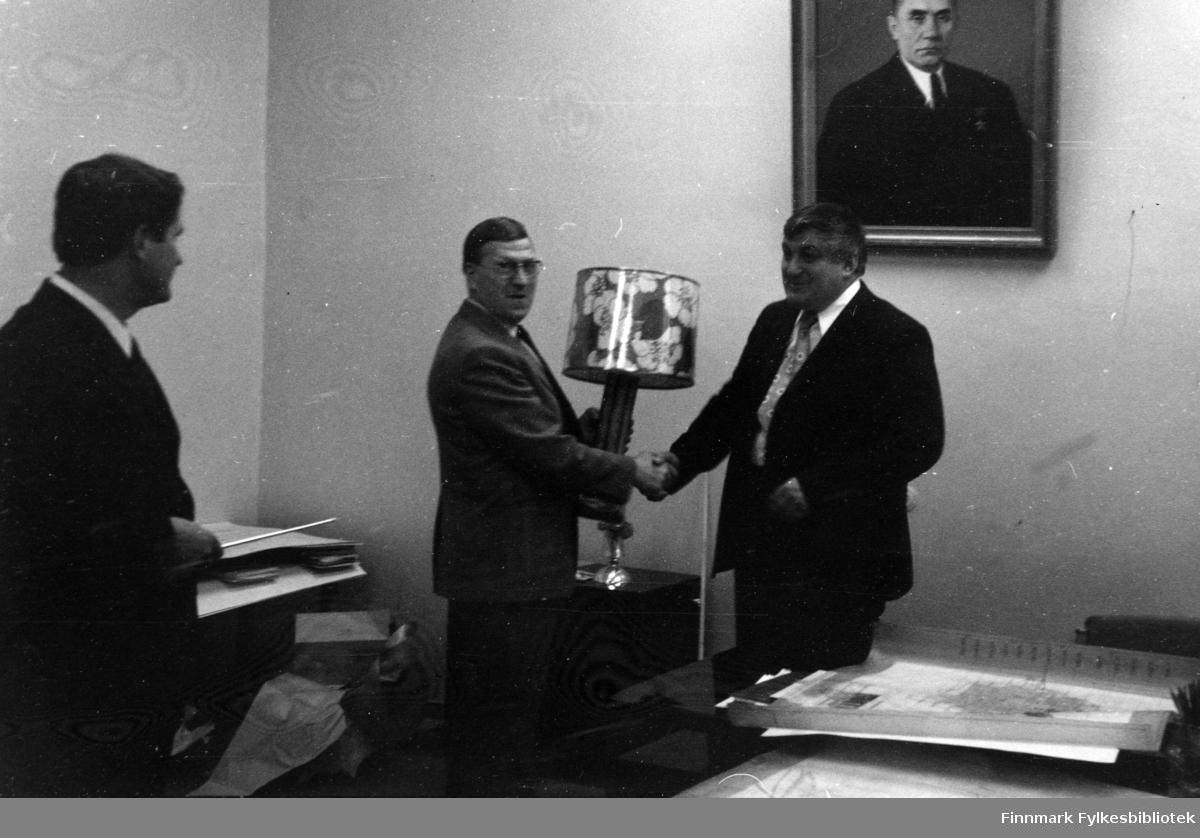 Bilde fra en tur til Nikel i forbindelse med gruve/fagforeningsutveksling med Nikel, Russland på 1970-tallet. I mellom to russere står Gunnar Antonsen. Han holder hånden til den ene russeren