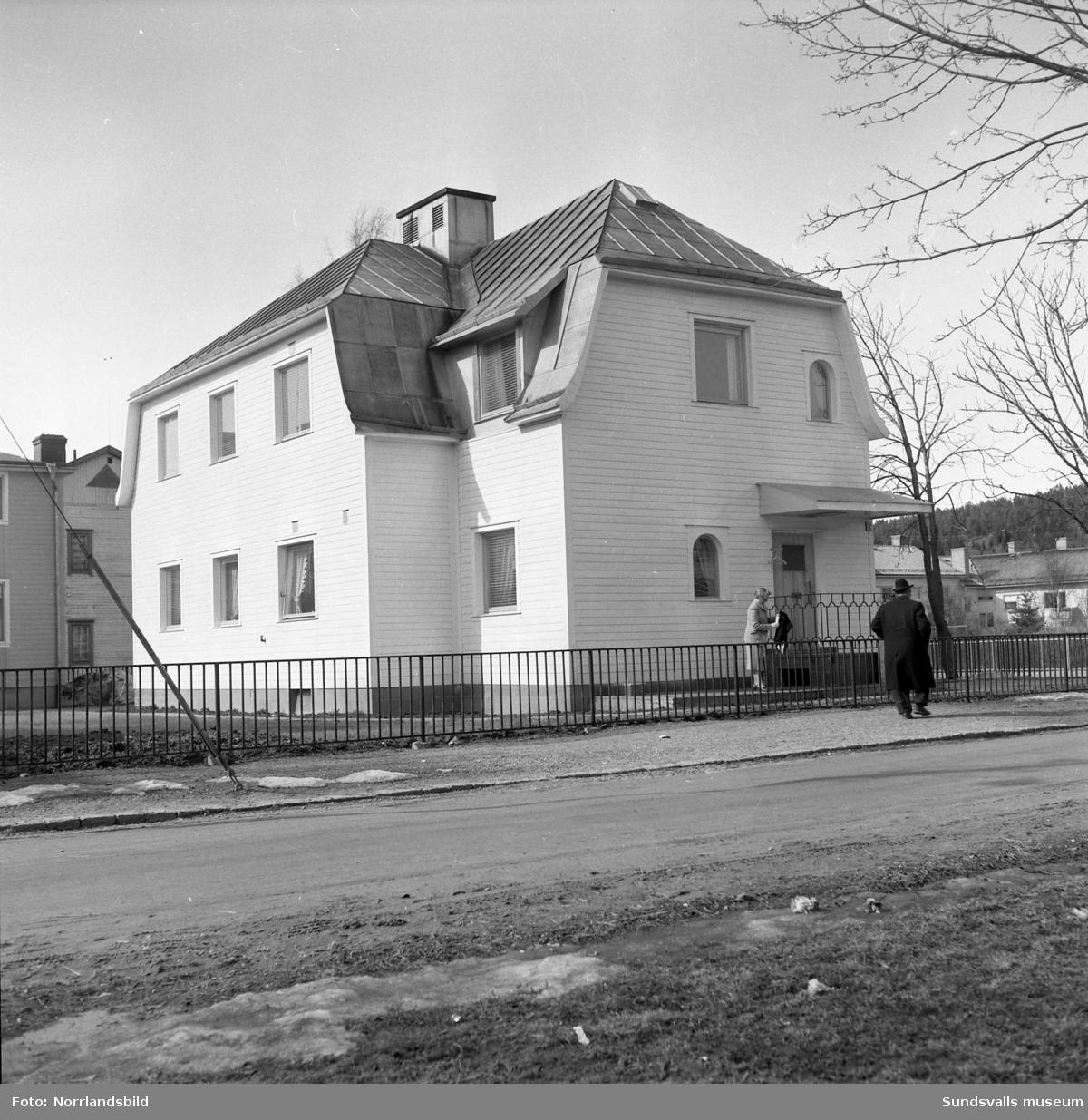 Direktör Fridolf Brunnzells bostad i hörnet av Västra Allén-Grönborgsgatan i Sundsvall. Interiör- och exteriörbilder. Brunnzell var chef för anrika Lindgrens järnhandel.