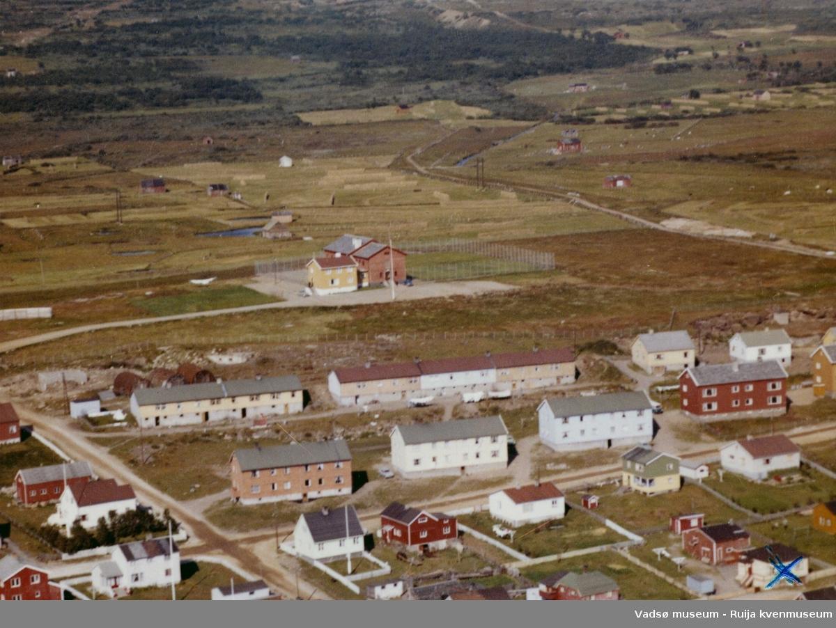 Flyfoto av Vadsø, 1963. Vadsø fengsel midt i bildet.