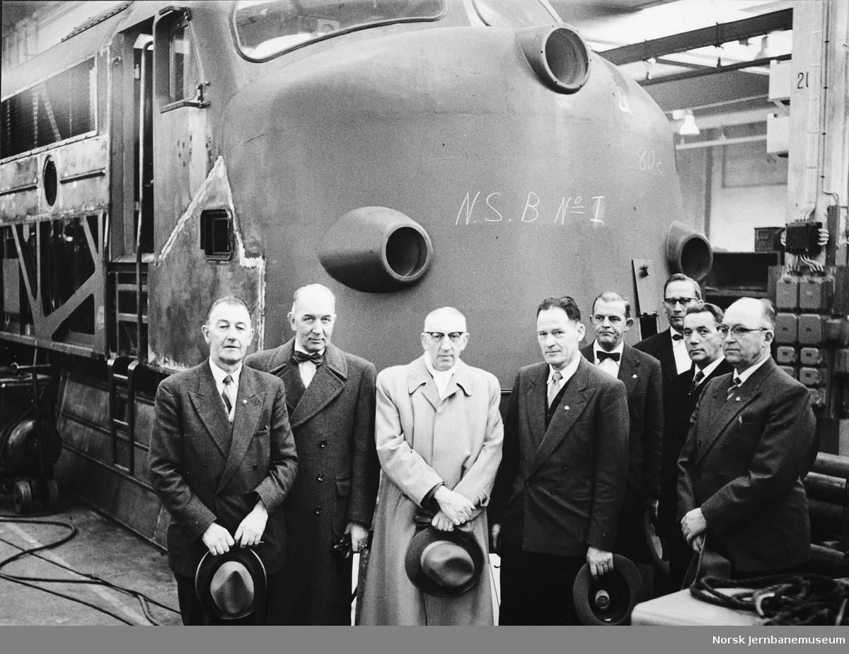 Kursdeltakere på diesellokomotivkurs i Trollhätten i NOHABs fabrikkhall