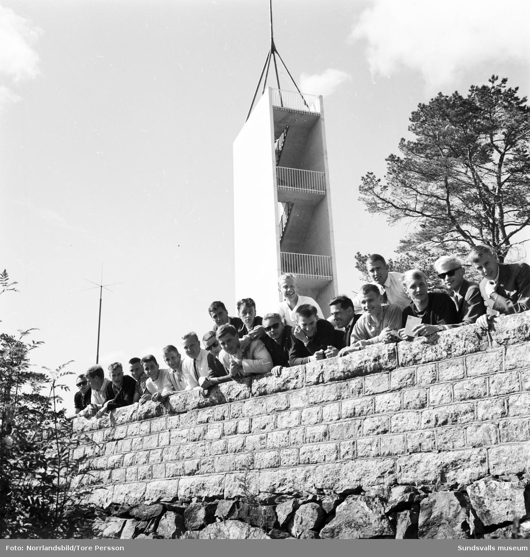 Sveriges juniorlandslag i friidrott 1964  är samlade för gruppbild på Norra berget i Sundsvall.