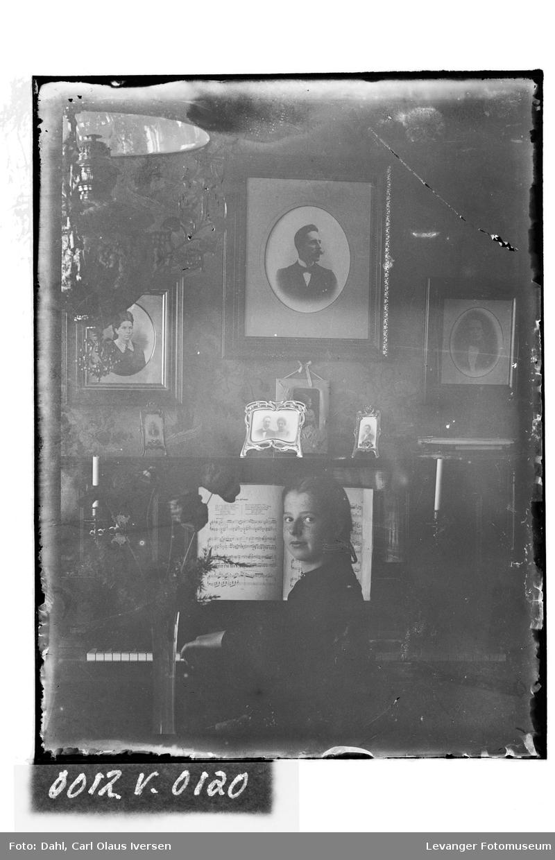 Aslaug Dahl ved pianoet