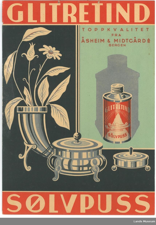 Sølvgjenstander; vase med blomster og beholdere med lokk.